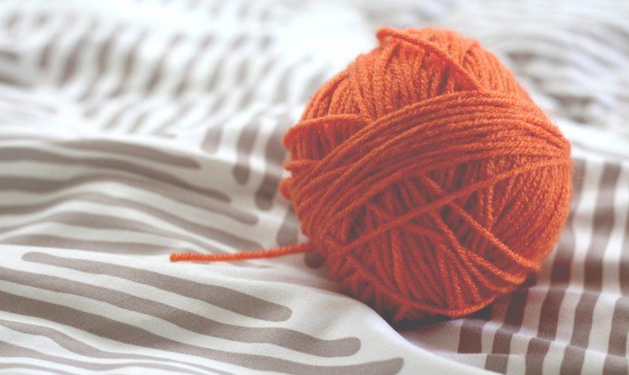 Coudre les bords du tricot à la surjeteuse